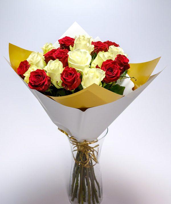 Raudonų ir baltų rožių puokštė